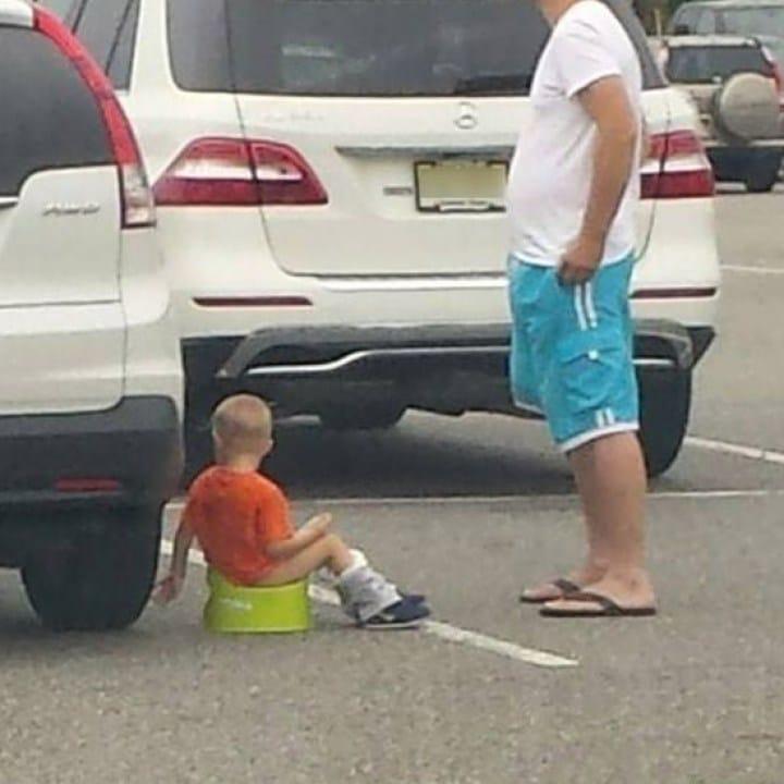 мальчик сходил в туалет около авто
