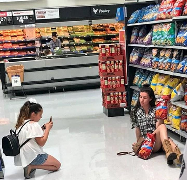 девушки фотографируются в магазине