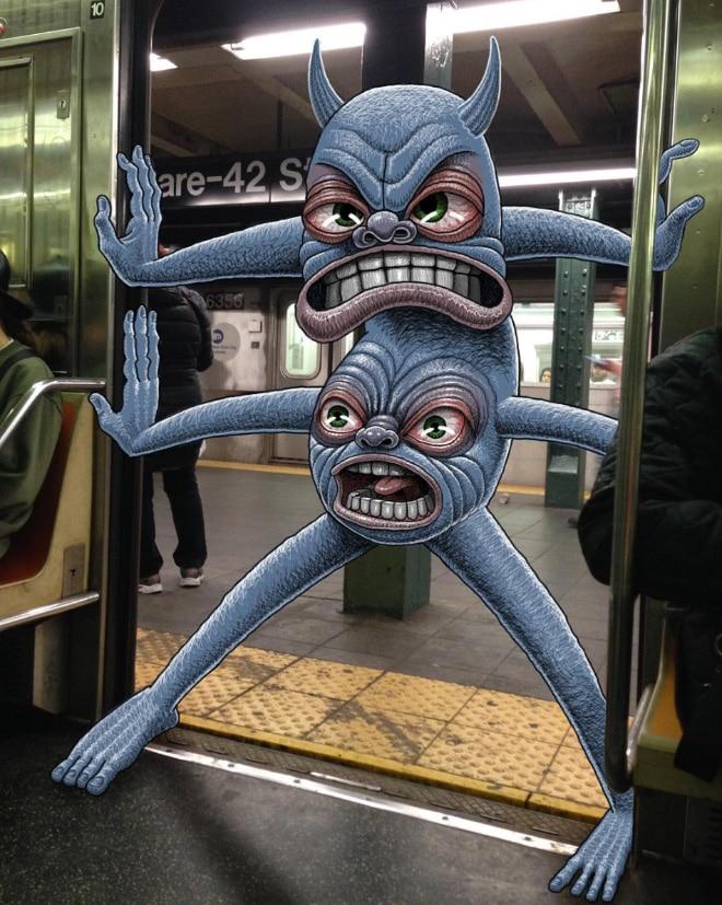 монстр в дверях вагона метро