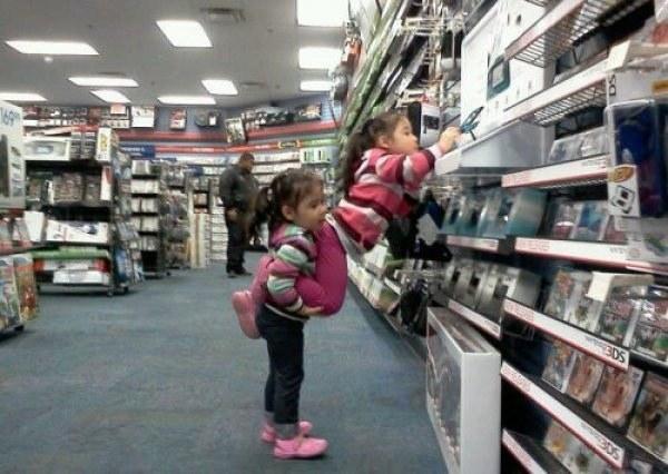девочки в магазине