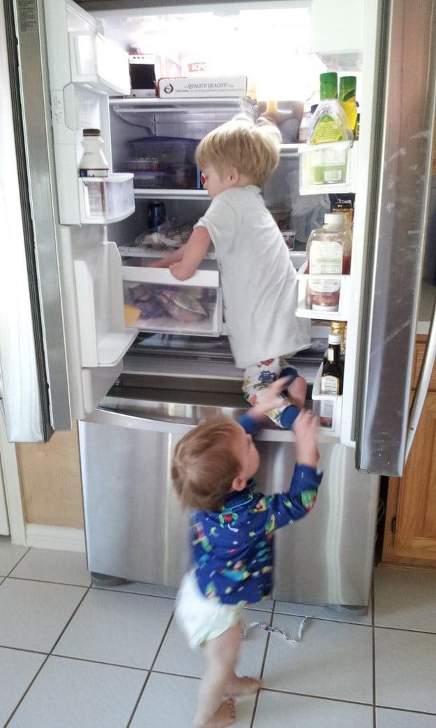 маленькие дети и холодильник