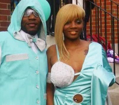 парень и девушка в веселых нарядах