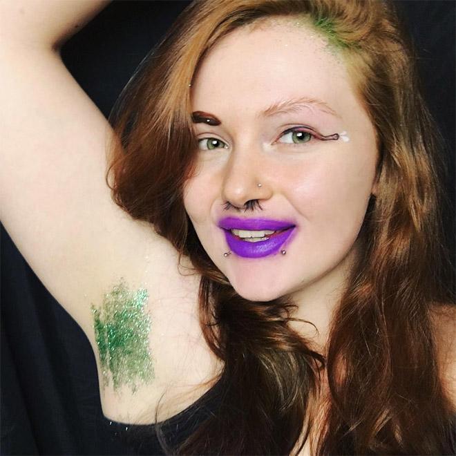 девушка с зелеными блестками подмышками