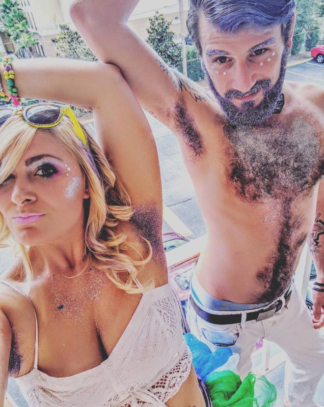 женщина и мужчина с блестками на теле