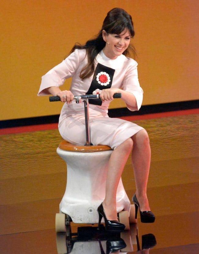 девушка на унитазе с колесиками