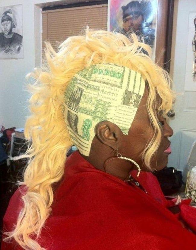 чернокожая женщина с белыми волосами