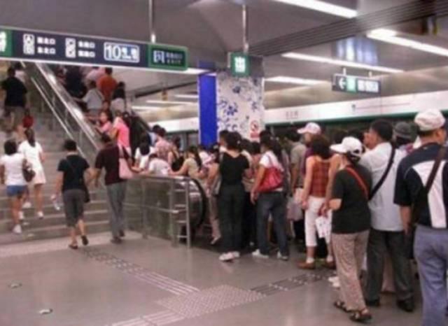 люди на эскалаторе