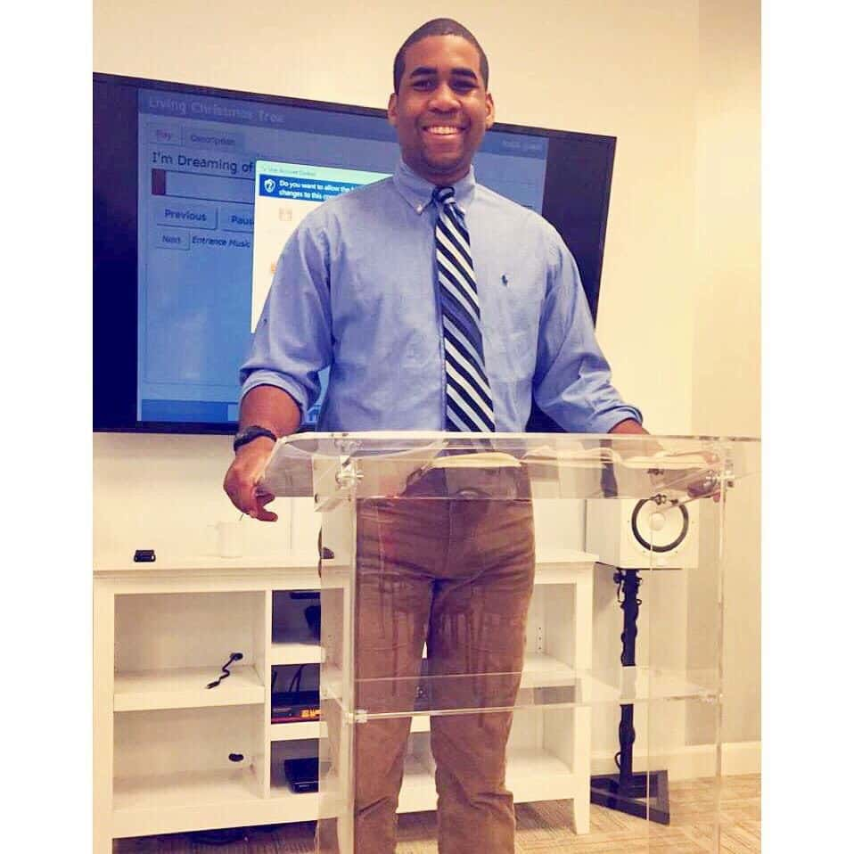 чернокожий парень за кафедрой
