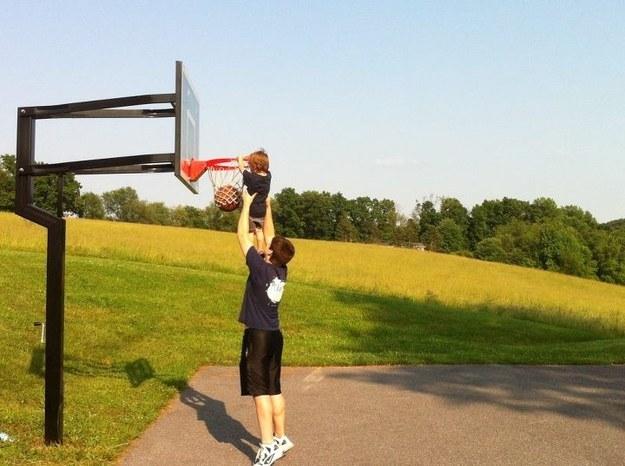 мальчики играют в баскетбол