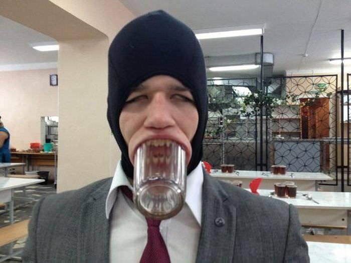 парень со стаканом во рту