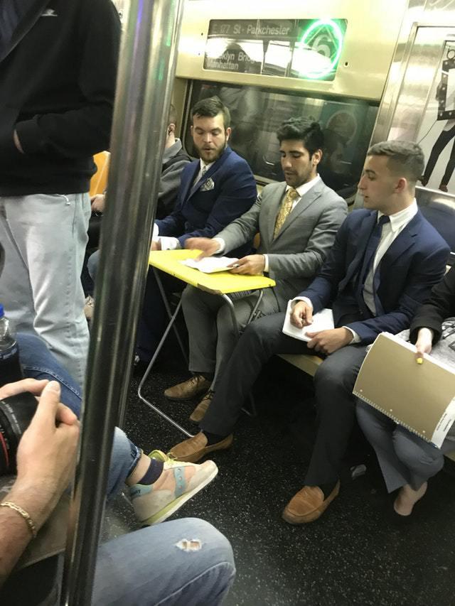 парень за столиком в метро