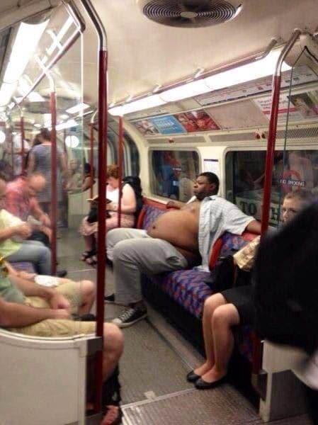 мужчина в рубашке разлегся в метро