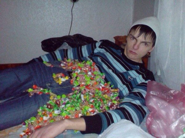 парень с конфетами