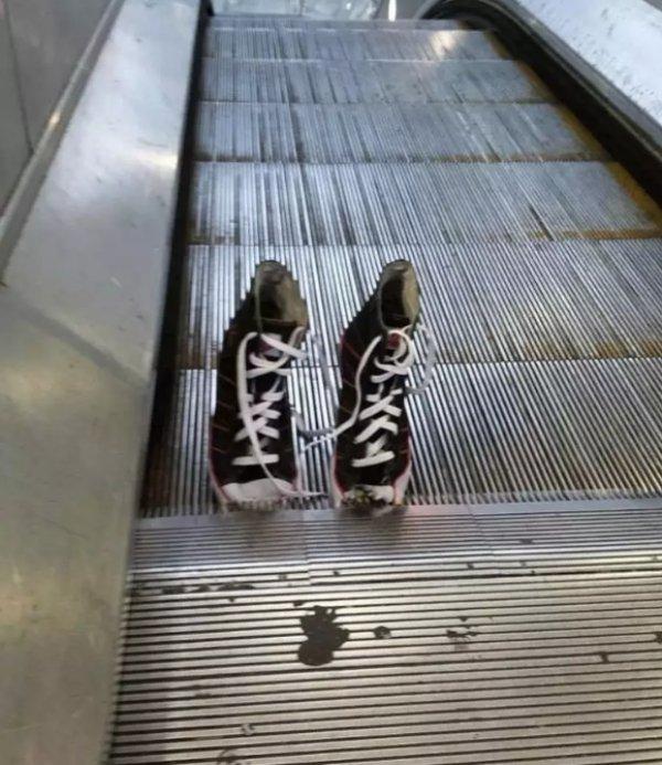 кеды на эскалаторе