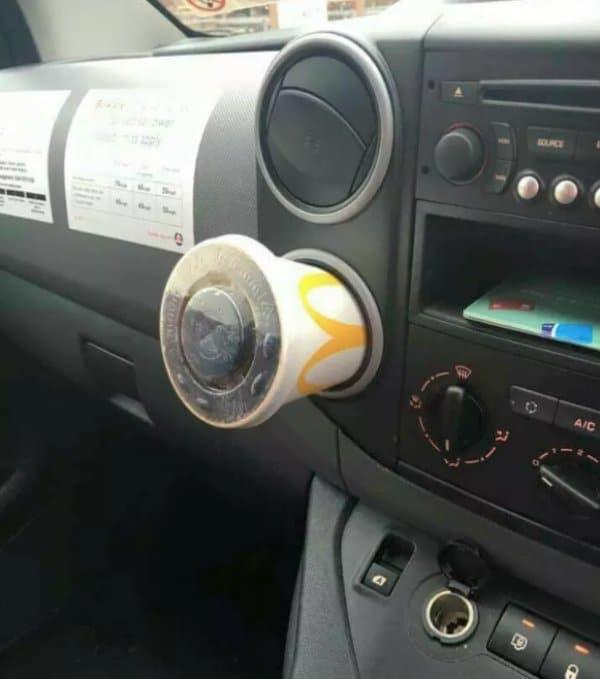 кофейный стакан в машине