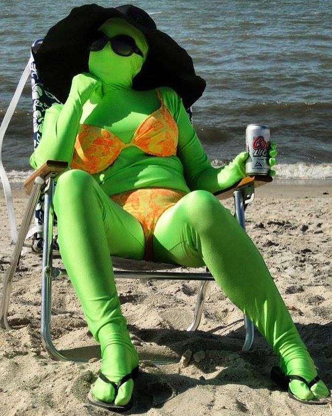 девушка в зеленом костюме на пляже