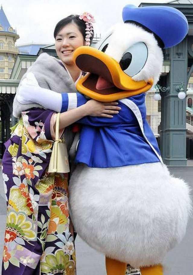 девушка в костюме гейши и человек в костюме утки
