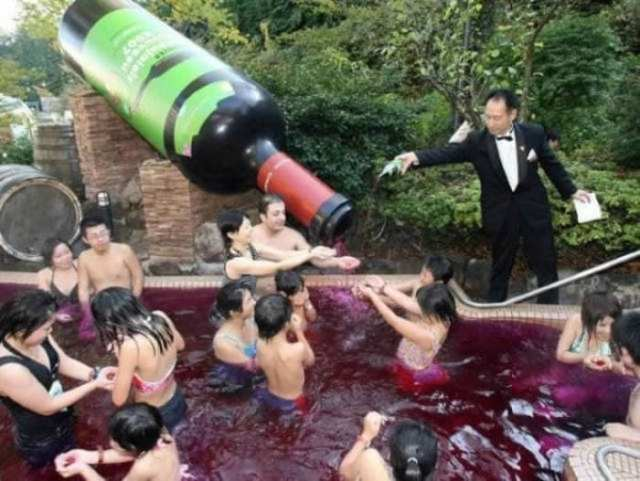люди купаются в вине