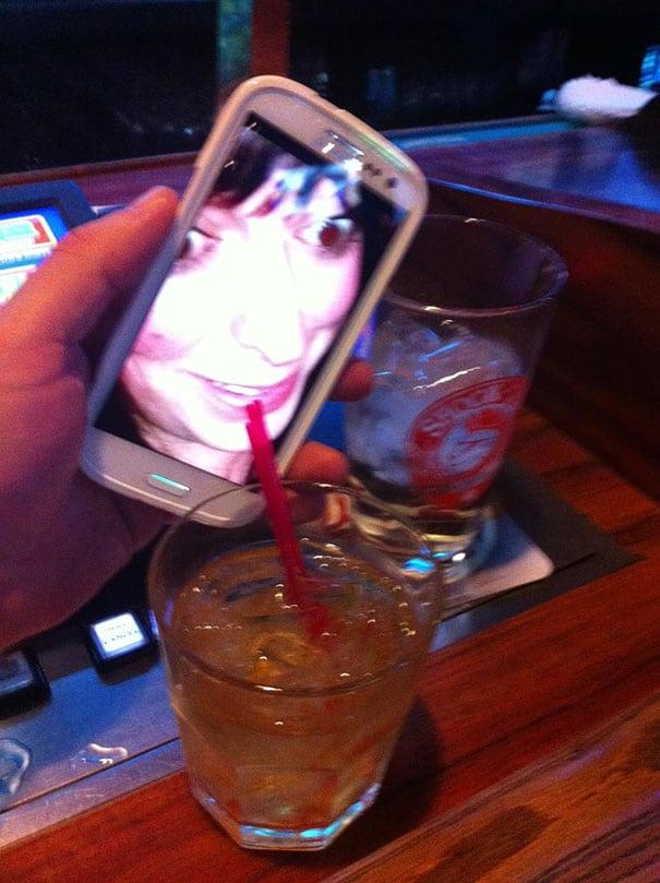 телефон и стакан с алкоголем