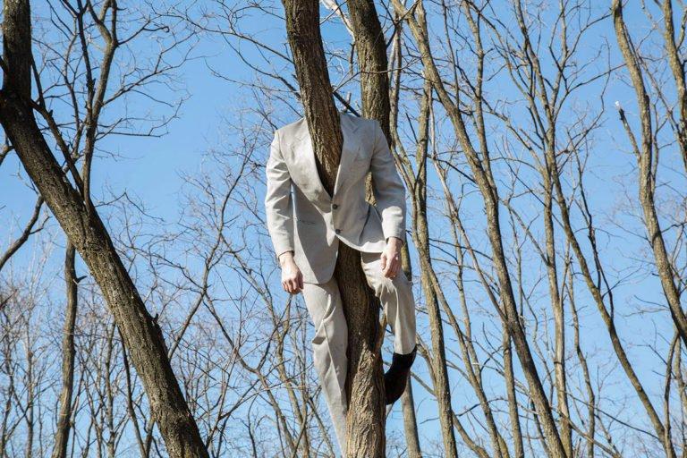 костюм на дереве
