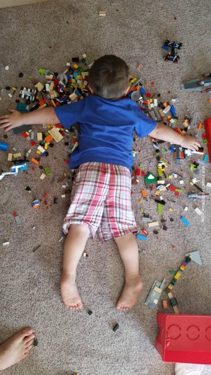 мальчик спит в лего