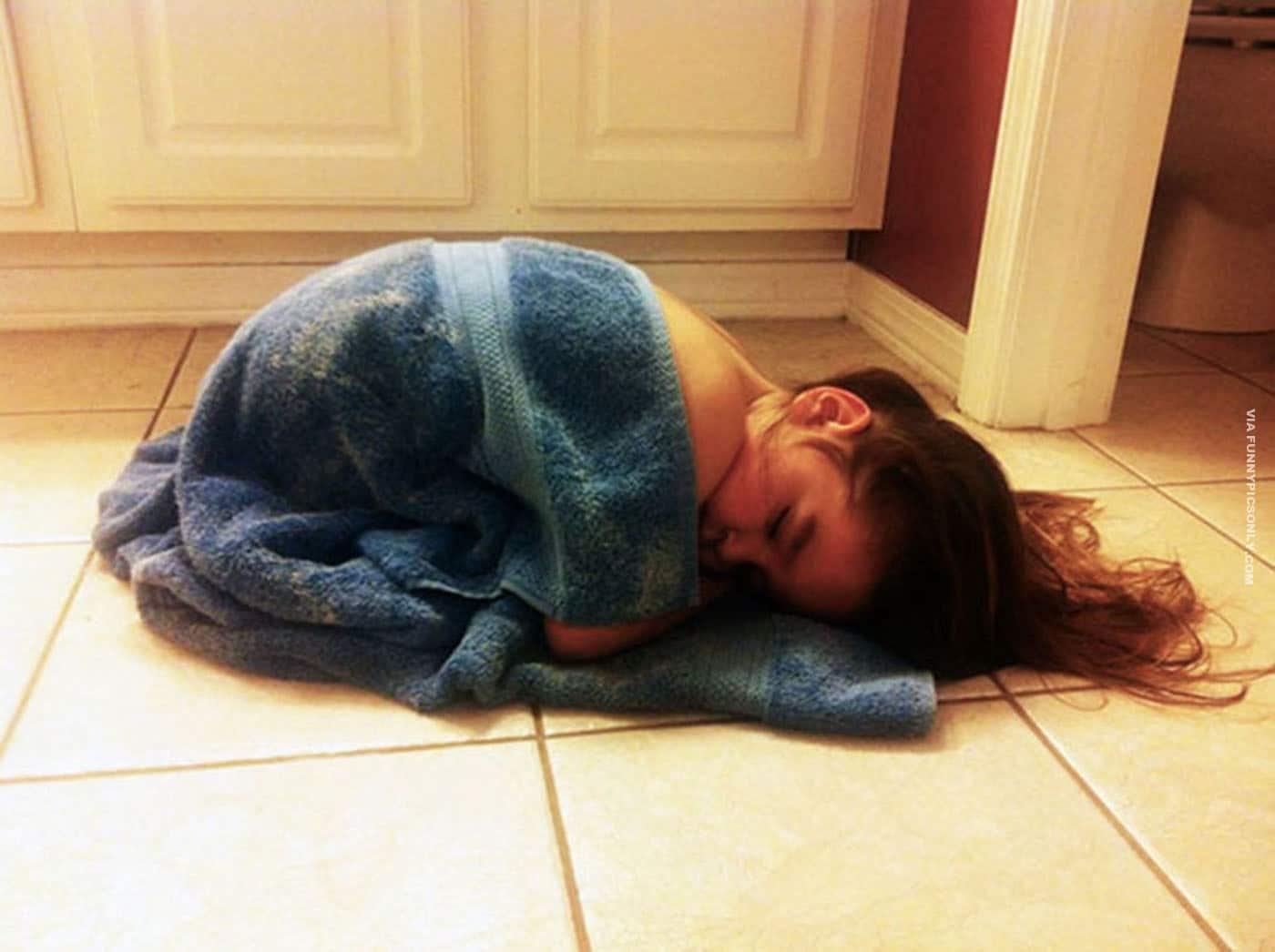 девочка спит на полу