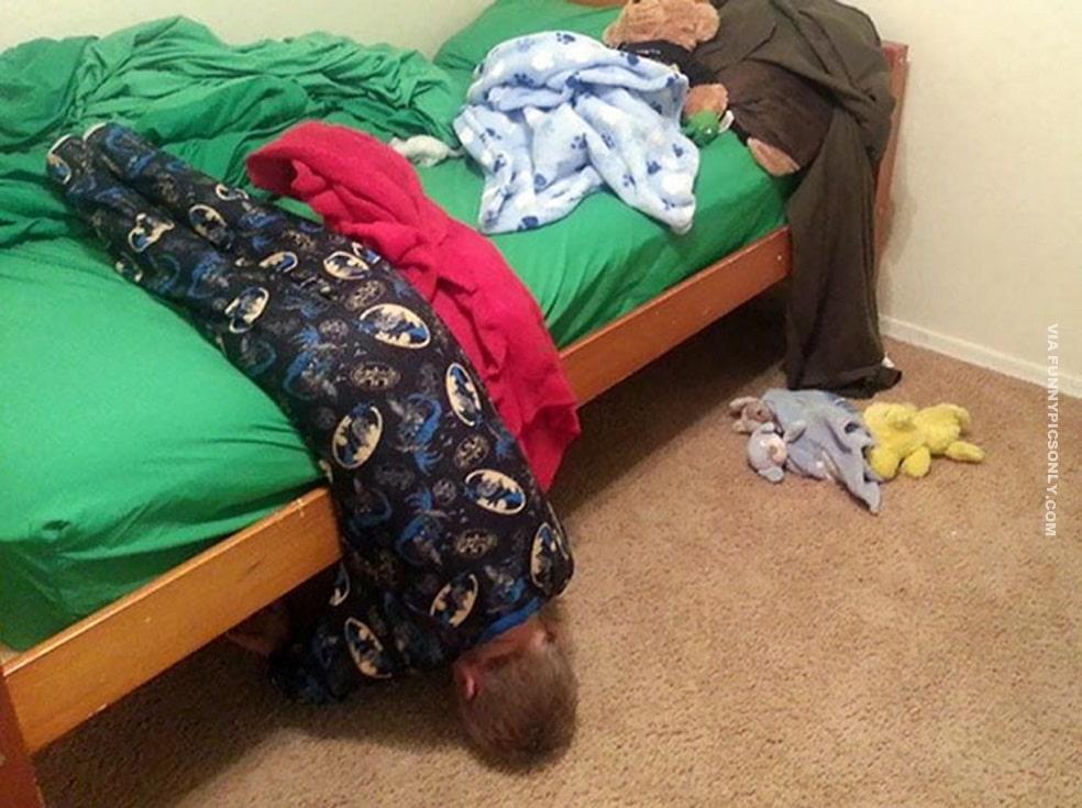 мальчик висит с кровати головой вниз