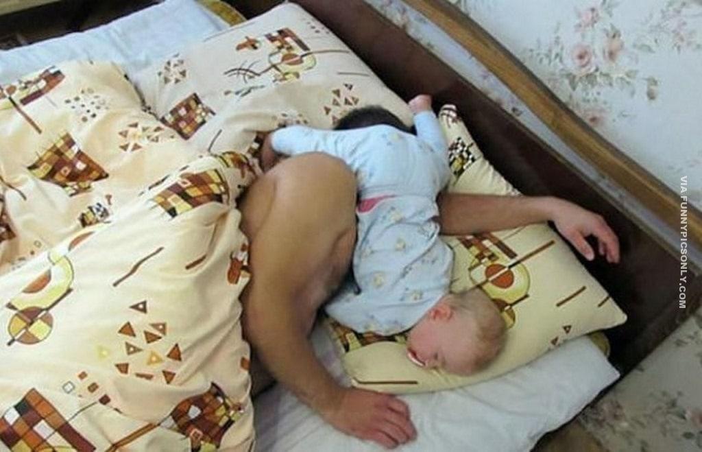 малыш спит на лице у папы