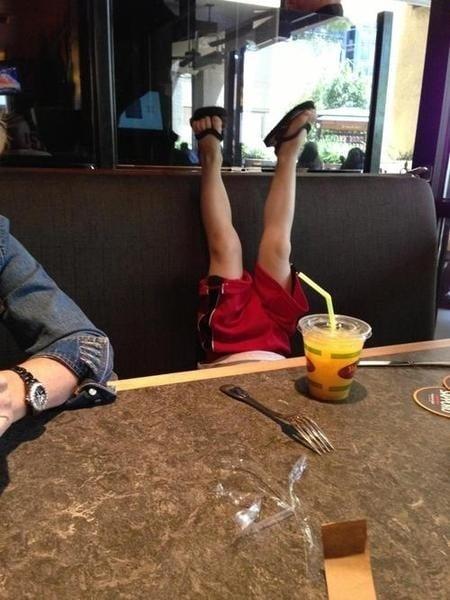 детские ноги над столом