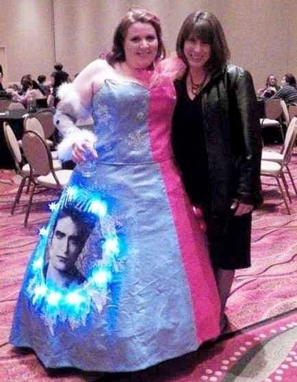 девушка в забавном платье с мамой