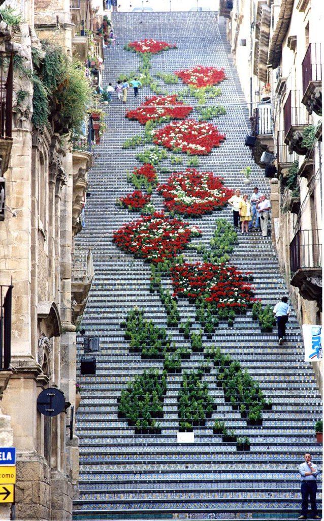 цветочный орнамент на лестнице