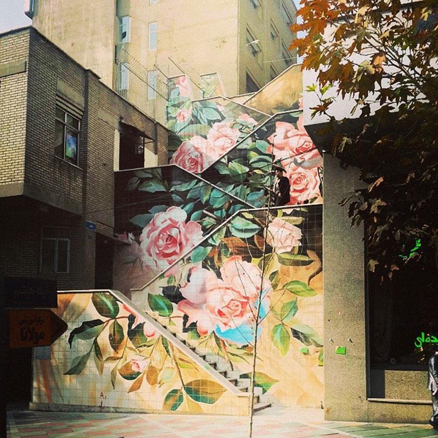 лестница с нарисованными розами