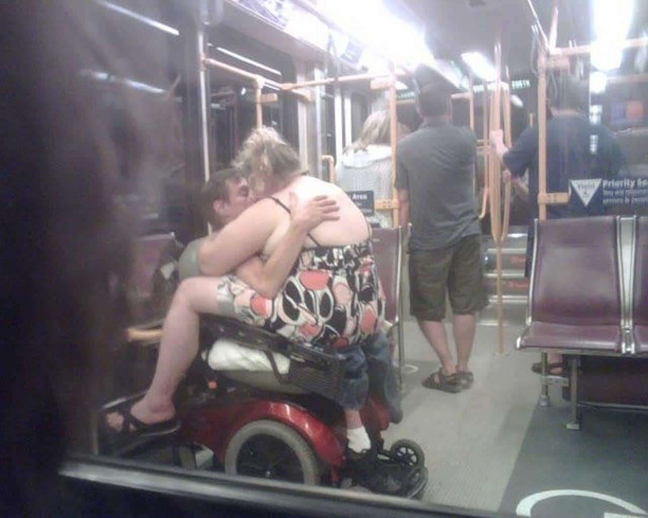 люди в общественном транспорте