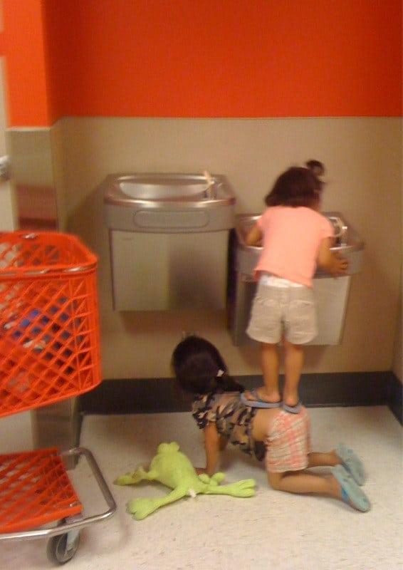 маленькие девочки у рукомойника