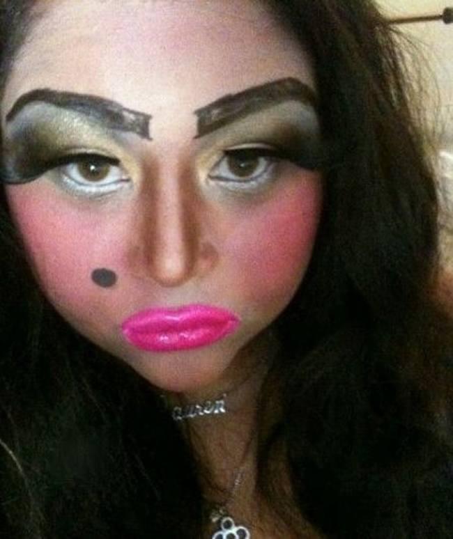 девушка с ярким макияжем