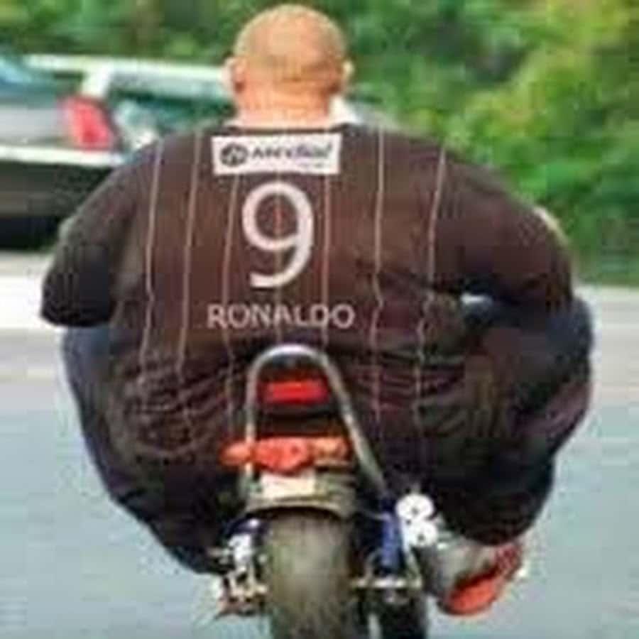 толстый мужчина на мотоцикле