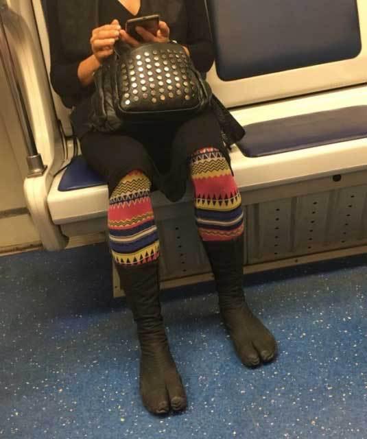женщина в вагоне метро