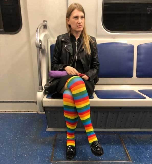 парень в цветных колготках в метро