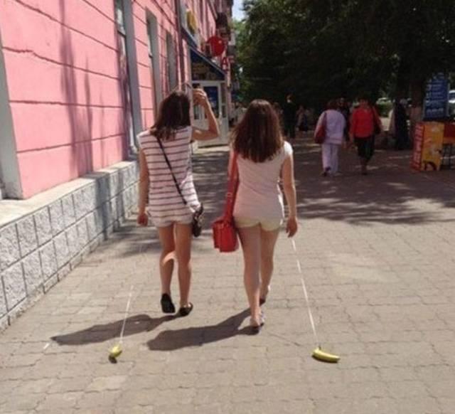 девушки с бананами на поводке