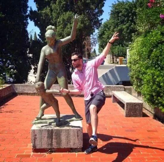 парень рядом со скульптурой