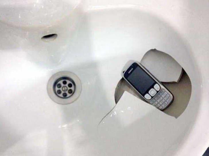 телефон в умывальнике