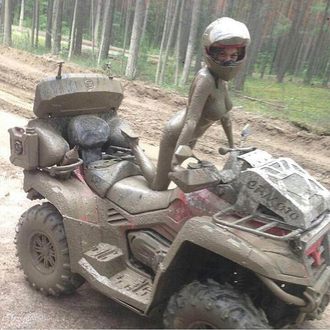 девушка в грязи на квадроцикле