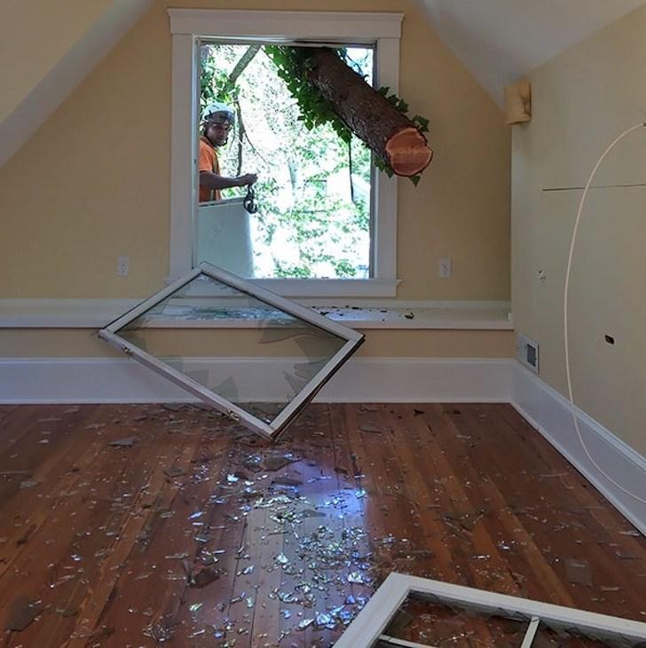 разбитое окно в комнате