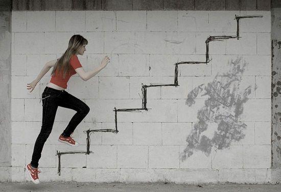 девушка и стена с лестницей