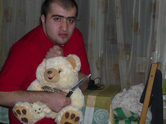 парень с плюшевым медведем и ножом