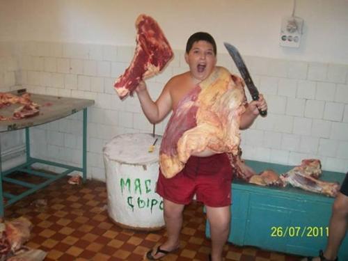 парень с ножом и мясом в руках