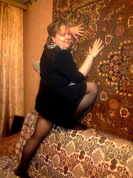 женщина фотографируется на фоне ковра
