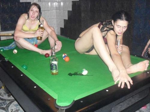 девушки сидят на бильярдном столе