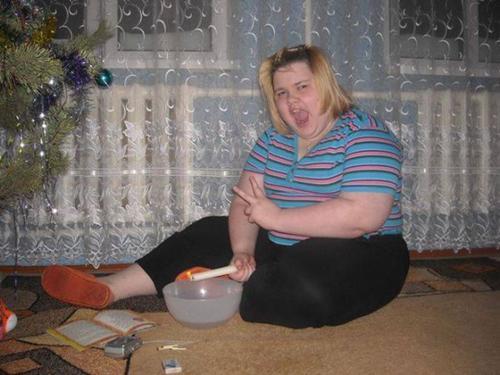 полная девушка сидит на полу