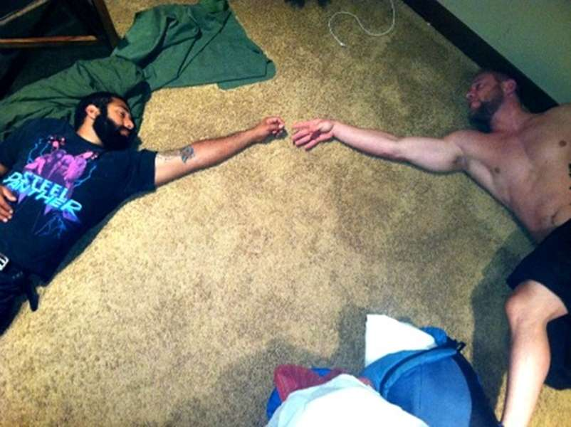 мужчины спят на полу